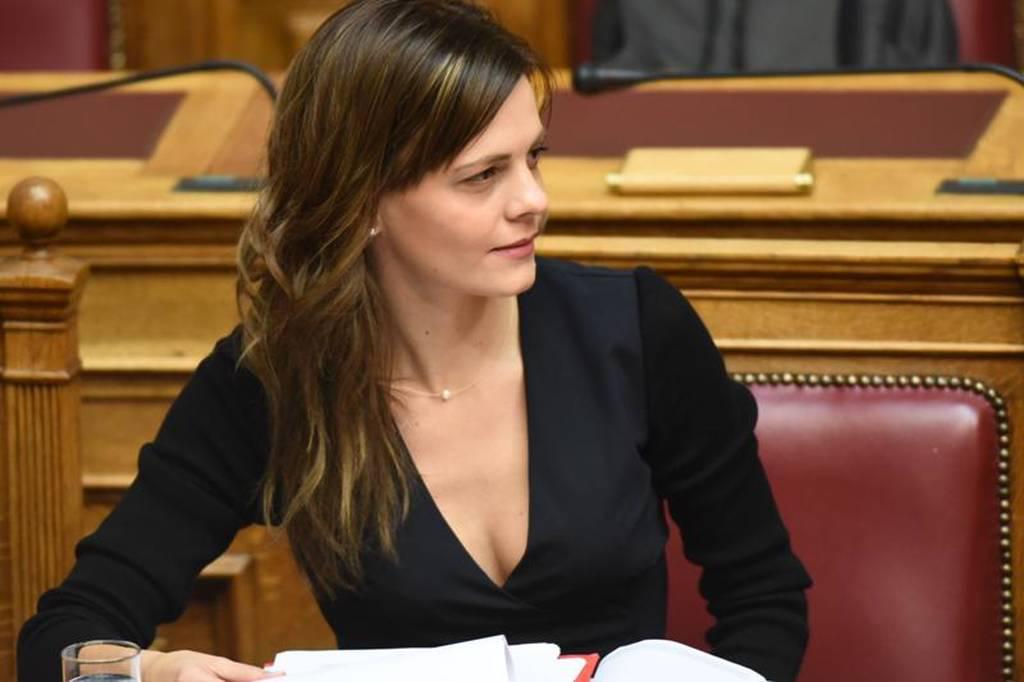 Εφη Αχτσιόγλου: Αντιπαραθέτουμε μια συνολική στρατηγική για την κοινωνική πλειοψηφία