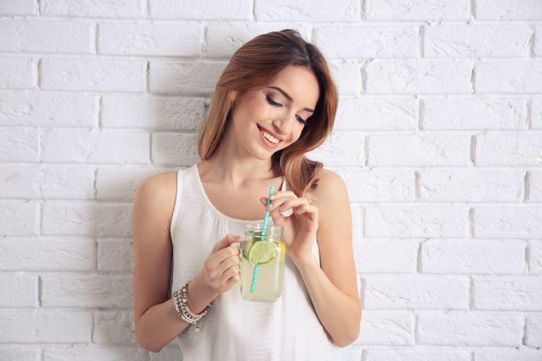 Νερό με λεμόνι: Βοηθάει τελικά στην απώλεια κιλών;