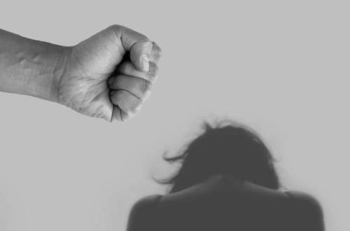 Μια εξηντάχρονη γυναίκα έπεφτε, ναρκωμένη, θύμα βιασμού από δεκάδες άνδρες για 10 χρόνια