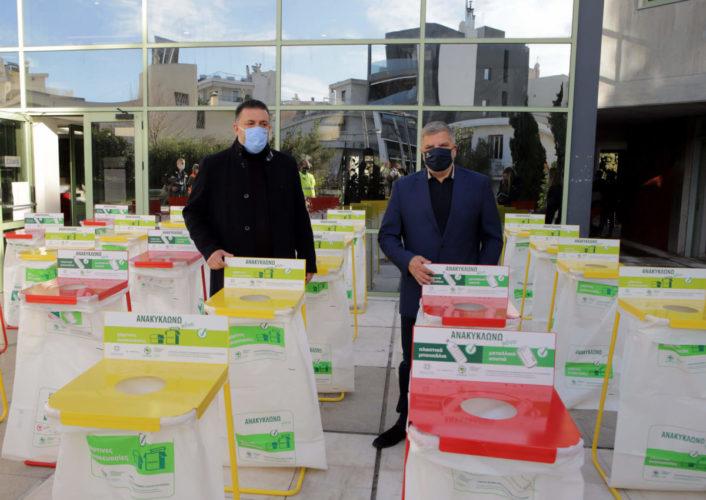 Παράδοση κάδων εσωτερικής ανακύκλωσης από τον Περιφερειάρχη Αττικής Γ. Πατούλη στον Δήμαρχο Π. Φαλήρου Γ. Φωστηρόπουλο