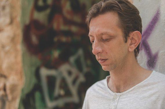 «Η μουσική και το τραγούδι είναι ένα διαρκές ταξίδι εντός κι εκτός εαυτού», Σταύρος Σταυρακάκης – Μουσικός