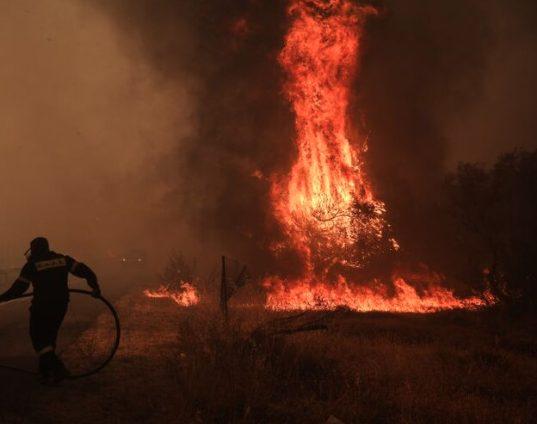 Στις φλόγες η Βαρυμπόμπη